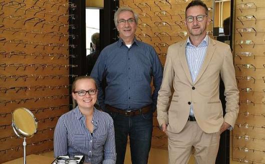 Inhaber Heiko Loch (re.) und seine Mitarbeiter Frau Parszyk und Thomas Schubert sorgen für besten Durchblick. FOTO: REG