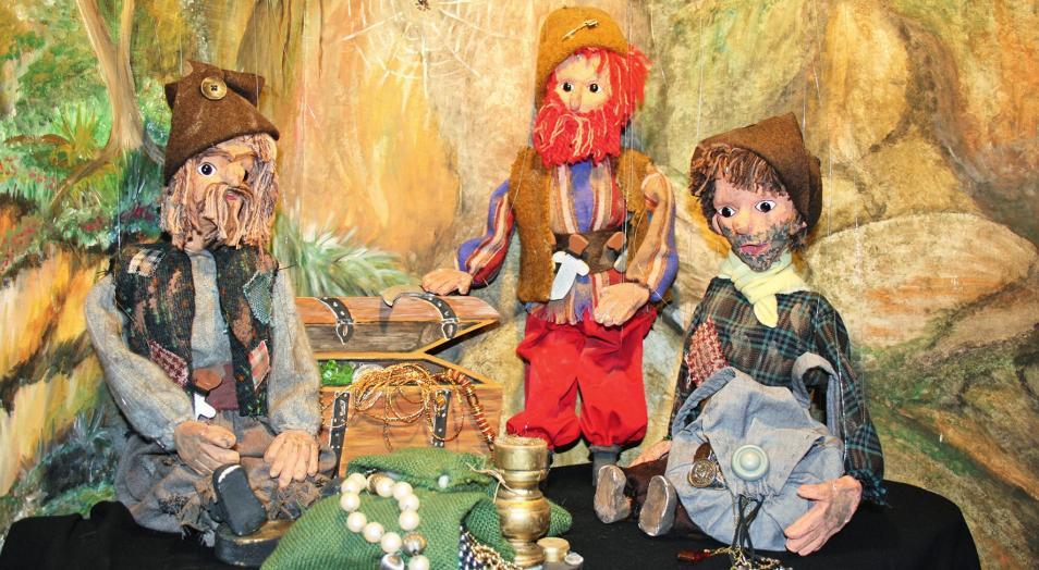 Hier sitzen die drei wilden Räuber Nimrod, Rufus und Gehasi in ihrer Räuberhöhle und hecken bestimmt wieder eine ihrer Bosheiten aus.