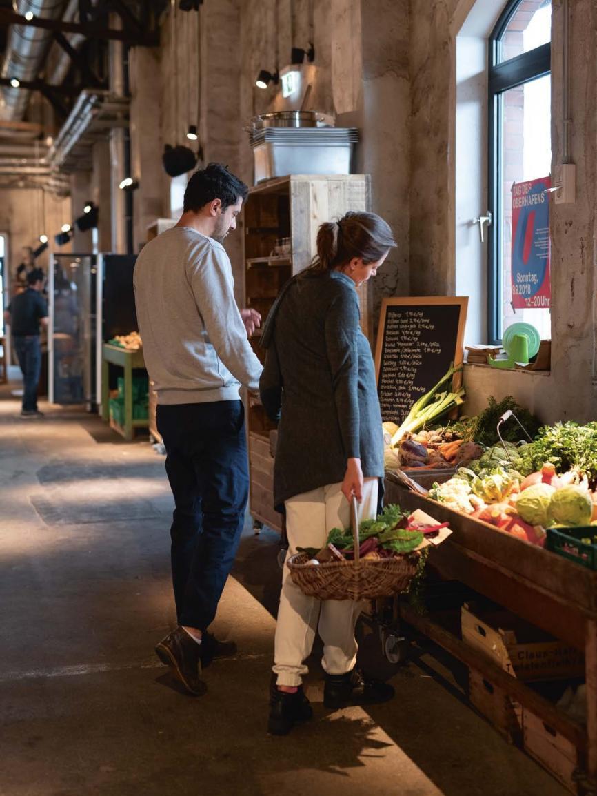 """Ein entspannter Ort für alleDie neue """"Hobenköök"""" (Hafenküche) im Oberhafenquartier ist bestes Beispiel dafür, wie sich Anwohner, Geschäftsleute und Touristen arrangieren. Ob beim Genuss regionaler Speisen oder beim Einkauf im integrierten Bio-Markt – man sieht sich! Betreiber Thomas Sampl und Team haben dem Oberhafenquartier damit eine tolle Attraktion verschafft"""