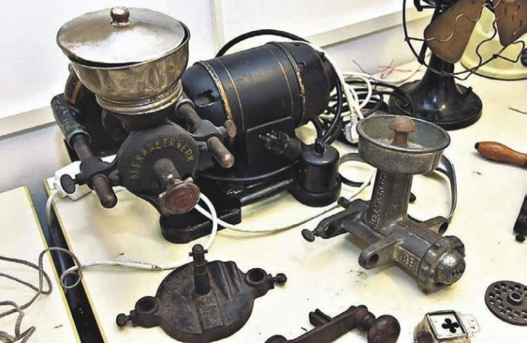Ob Kaffee mahlen, Fleisch zerhacken oder Gemüse schneiden – diese vielseitige Haushaltsmaschine nahm der Köchin viele Arbeiten ab.