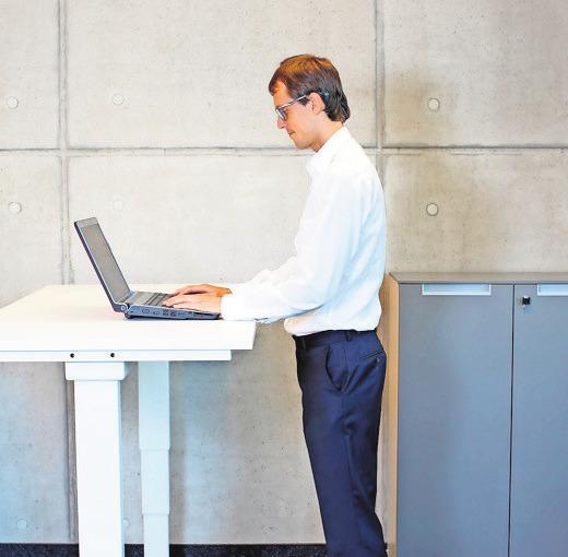 Bei der Arbeit im Büro sollte man zwischendurch auch mal stehen.FOTOS: ISTOCK (2)