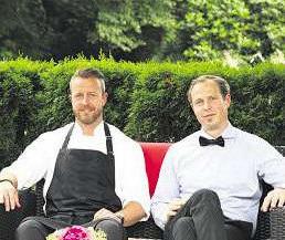 Küchenmeister Tim Riebling (links) und Hotelier Philipp Riebling laden herzlich in die Tangstedter Mühle ein Foto:Tina Jordan