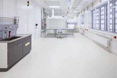 Abb. 3: Der in den Reinräumen im CHyN verlegete Belag noraplan sentica ed widersteht Kontamination, Chemikalien und Desinfketionsmitteln.
