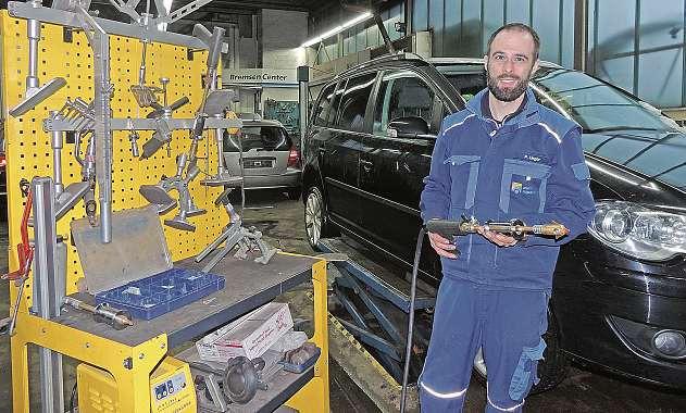 Kfz-Techniker-Meister Paul Unger mit Spezialwerkzeug zum Beseitigen von Dellen im Blech. FOTO: TAU