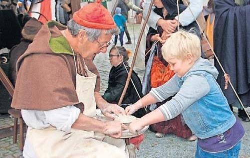 Beim Töpfern dürfen Kindern gerne mit Hand anlegen.