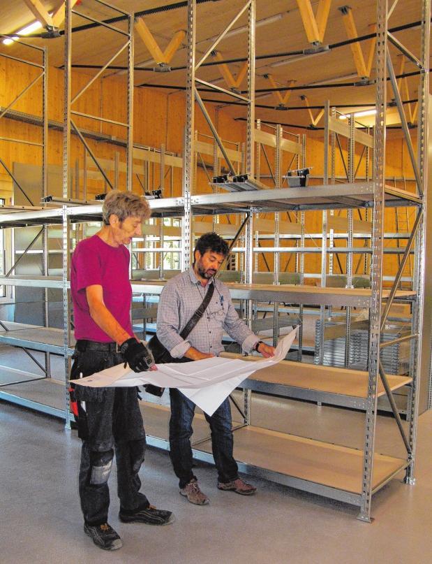 Der Plan geht auf: Bauleiter Martin Spieß (r.) und Ludwig Steffens bei der Besprechung in der Lagerhalle.