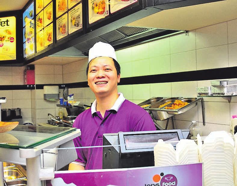 Der vietnamesische Koch Ngoctan Pham und sein Team bieten bei Long Food im Obergeschoss des Centers asiatische Spezialitäten an.