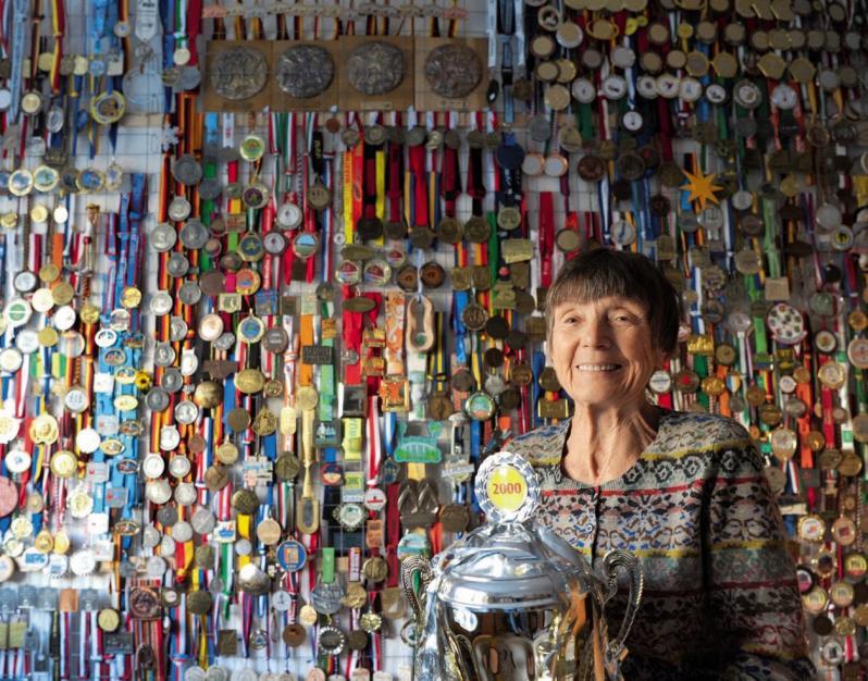 Eine Tapete aus Lauf- Erinnerungen: Sigrid Eichner inmitten ihrer Trophäen