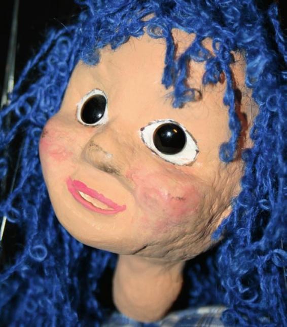 Laura aus dem Land der Blaukarierten beeindruckt mit fein modelliertem Gesicht.