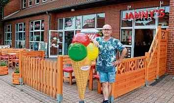 Andreas Richter vor seinem Eiscafé in der Eisleber Friedensstraße. Im Hintergrund das Spielzeugfachgeschäft mit Videothek.