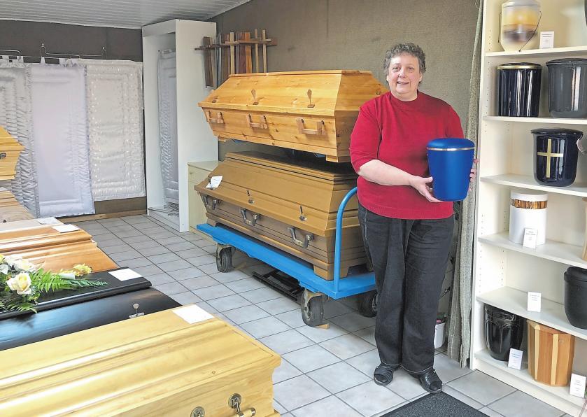 Waltraud Middelmann ist Ansprechpartnerin, wenn es um das Beerdigungsinstitut geht. Foto: Anke Sundermeier