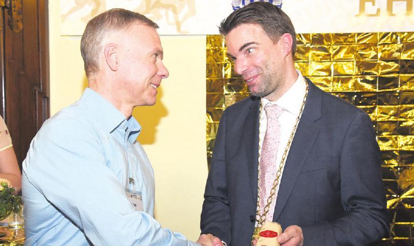 Oberbürgermeister Dr. Jörg Nigge gratulierte den geehrten Sportlerinnen und Sportlern.