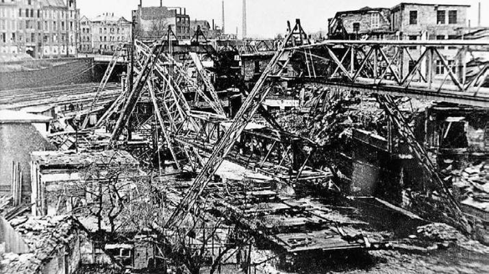 Der Krieg zerstörte auch die wichtigste Wuppertaler Verkehrsverbindung. Wie hier im März 1945 am Bahnhof Wupperfeld waren die Gleise vielerorts unbrauchbar. Erst ab Ostern 1946 konnte die Schwebebahn auf der gesamten Strecke fahren.Foto: Wuppertaler Stadtwerke