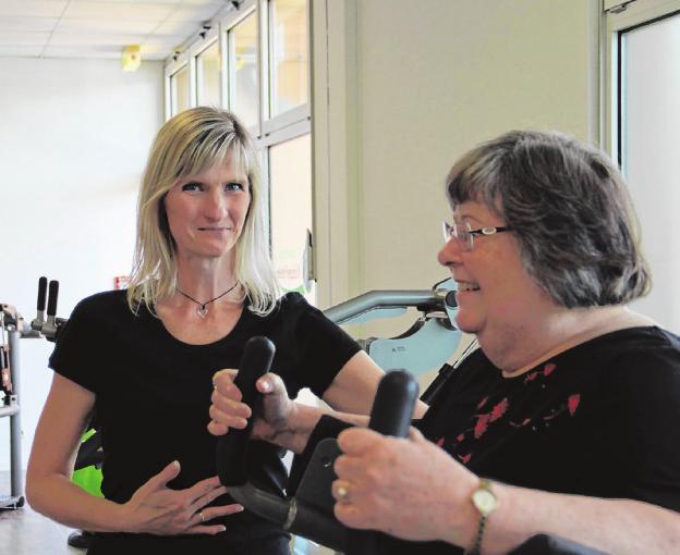 Helga Becker (r., von Beckers Bücherstube) nutzte als eine der ersten Besucher die Chance, das Fitnessstudio kennenzulernen und entschloss sich von nun an regelmäßig etwas für ihren Körper zu tun. Clubmanagerin Anke Knaack führte sie in die Geräte ein.Fotos (2): Anja Buchholz
