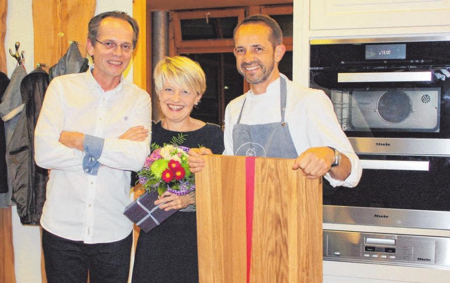 Das hatten Helmut Feuerlein und seine Frau Heidi nicht erwartet.:Sie bekamen von Peter Egger bei der Jubiläumsfeier ein großes Schneidebrett aus Eiche überreicht. FOTO: JL