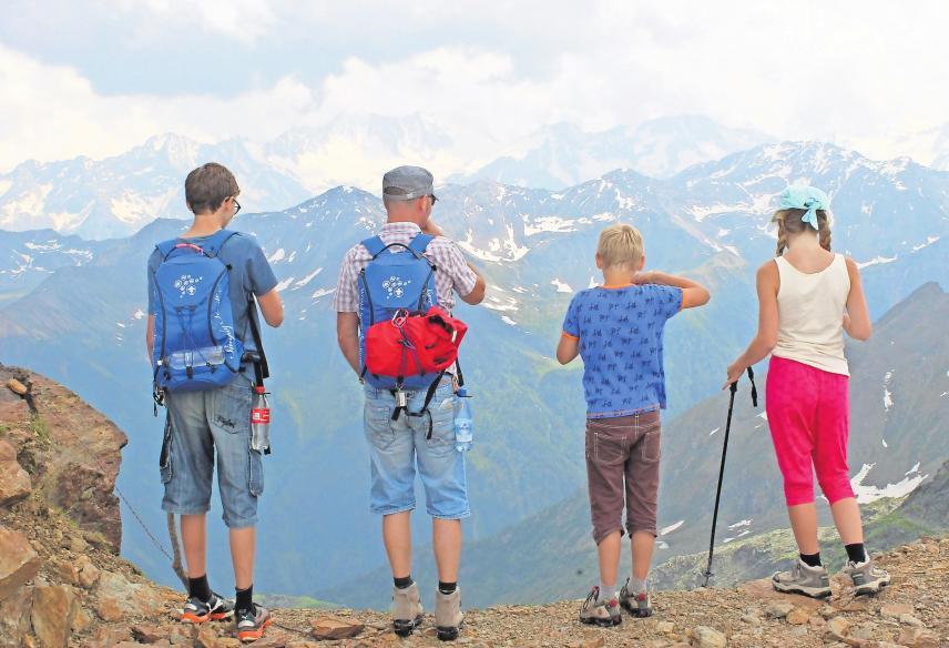 Beste Aussicht: Mit Asept Spray ist die ganze Familie auch im Abenteuerurlaub versorgt. Foto: Vitabalans