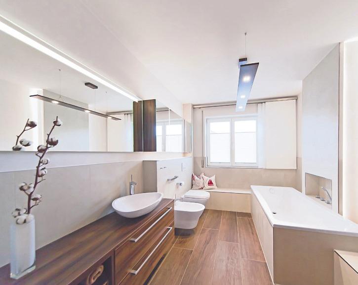 Damit bei der Badeinrichtung alles passt, bieten erfahrene Sanitärfachbetriebe Modernisierungsleistungen aus einer Hand Bilder: djd - www.die-badgestalter.de