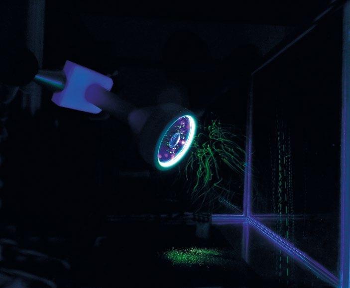 Abb. 2: Visualisierung von Anziehungs- und Abstoßungskräften mit UV-Licht
