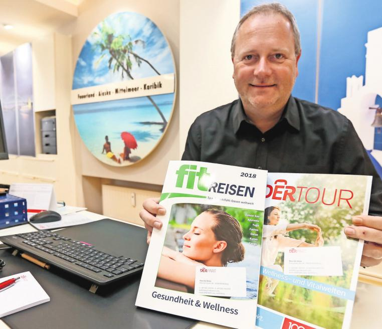 Ziele in der Region sind beliebt: Thorsten Siems vom Reisebüro Derpart zeigt Wellness-Kataloge. BRITTA SCHULZE