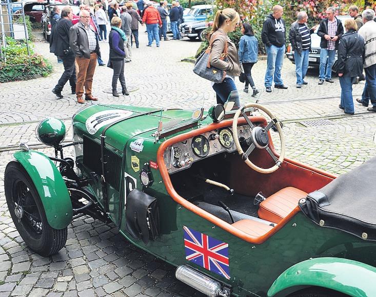 Auf dem Engels-Platz sind historische Fahrzeuge zu bestaunen Bild: Leif Schmittgen