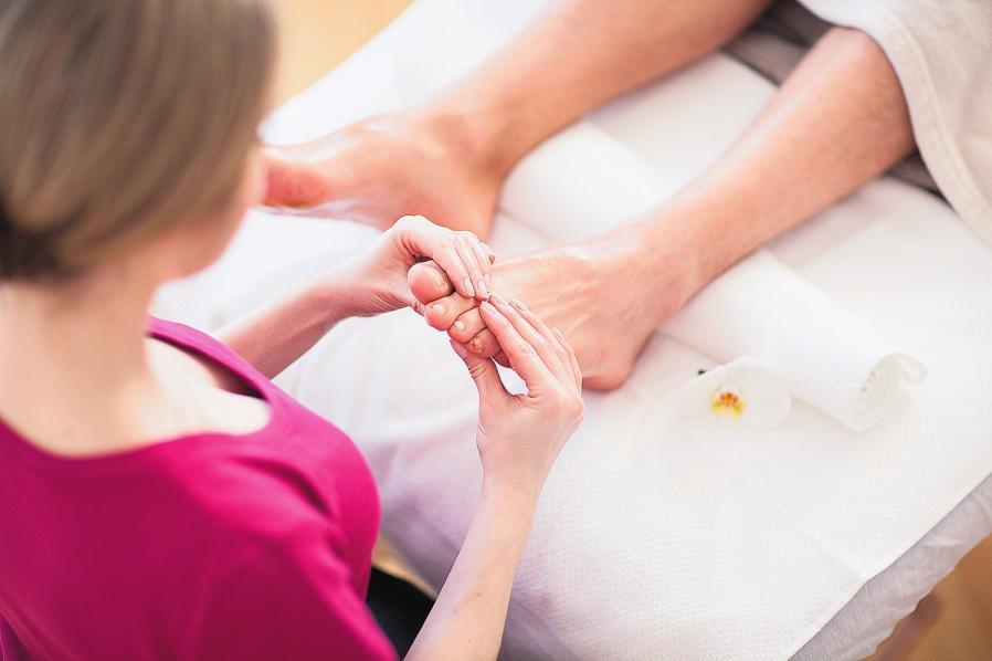 Bei einer Fußreflexzonenmassage konzentriert sich der Therapeut auf bestimmte Druckpunkte. Der Theorie zufolge kann die Massage Beschwerden im ganzen Körper lindern. FOTO: DPA