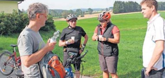 Die Pause an den Kontrollstellen nutzen die Radfahrer zum Verschnaufen. Foto: wb