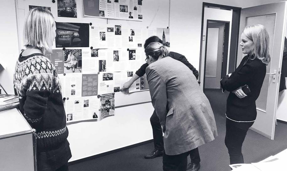 """Und jetzt: Showtime!Kurz vor Schluss werden noch mal alle Layouts an die Wand gehängt. Stimmt die Mischung? Sind die Headlines verständlich? Wurden alle Wünsche berücksichtigt? Praktikantin Leah Ebbert (l.) freut sich, weil ihr erster Text für """"Gastliebe"""" gedruckt wird, Susanne Brennecke und Sascha Albertsen diskutieren noch über ein Foto, Michaela Schirrmann (Dumont Media GmbH) denkt schon ans nächste Heft, und die Chefredakteurin? Hat das Foto gemacht ;-)"""