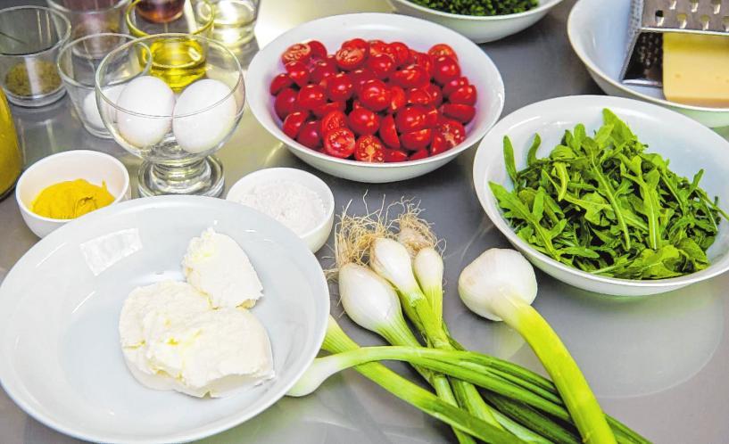 Die frischen Zutaten für eine sommerliche Tomatentarte.