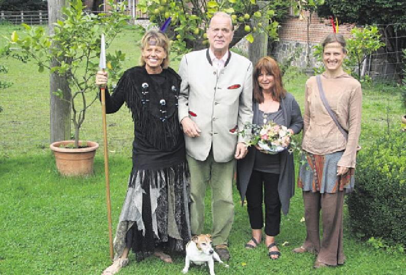 """Indianersquaw """"Akiwa"""" Astrid Ferch (v. l.), Enno Freiherr von Ruffin, Christ Seibt (Marktbetreuung) und Silke Friedrich Foto: Frauke Pöhlsen"""