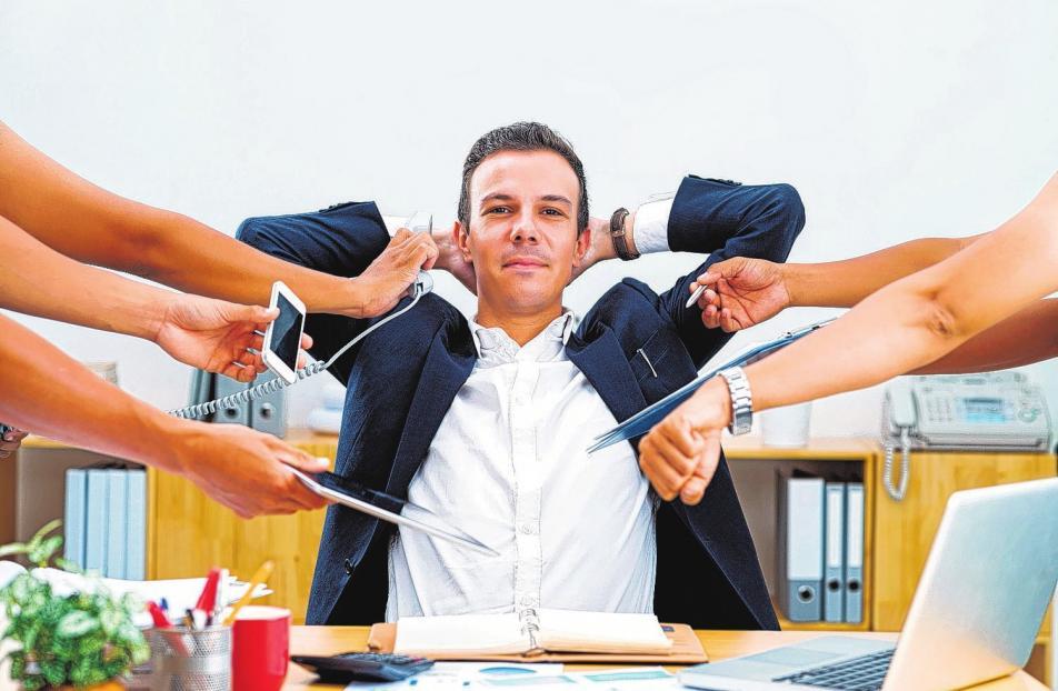 Allzeit erreichbar und ansprechbar sein, während die Arbeit sich zunehmend anhäuft - immer mehr Menschen sind im Job oft stark gestresst.Foto: djd/NEM/DragonImages - stock.adobe.com