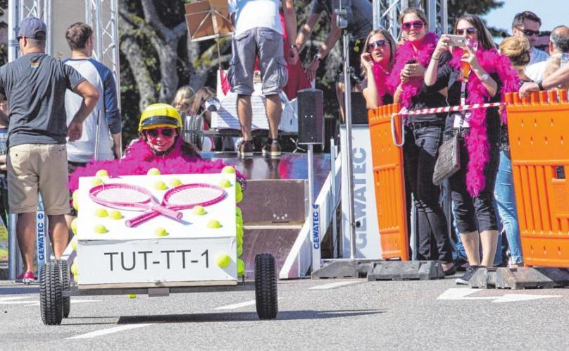 Spektakulär beim Seifenkisten-Rennen: Die Fahrzeuge sind häufig aufwendig dekoriert. FOTO: RALPH GRAVENSTEIN