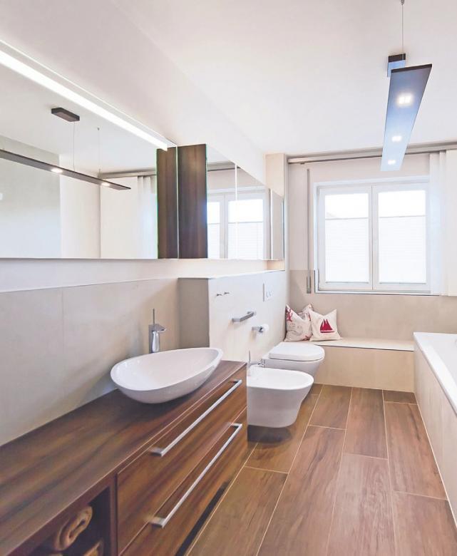 Damit bei der Badeinrichtung alles passt, bieten erfahrene Sanitärfachbetriebe Modernisierungsleistungen aus einer Hand Bild: djd - www.die-badgestalter.de
