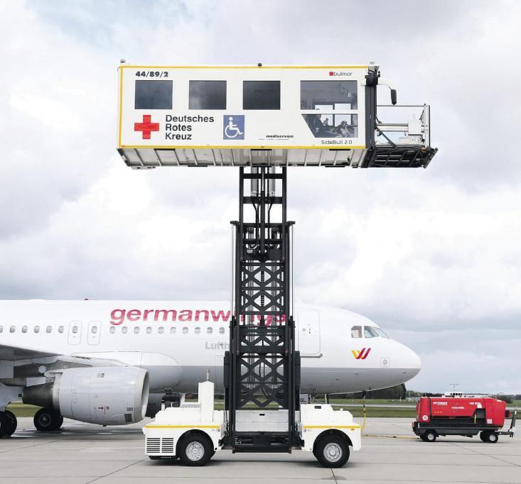 Dank des neuen SideBull-Highloaders gehört der Hamburger Flughafen nunmehr zu den führenden deutschen Flughäfen, wenn es um Service für Passagiere mit einem Handicap, Krankentransporte und Rettungsdienste geht Fotos: Stephan Wallocha