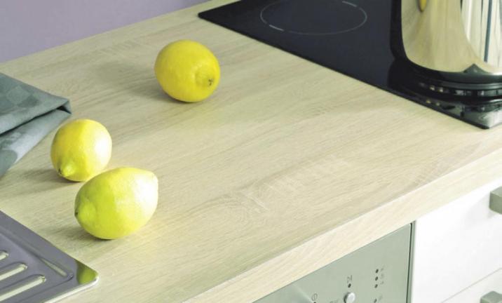 Ist die Arbeitsplatte unempfindlich gegen Flecken oder Säuren und leicht zu reinigen? Das ist nur eine Frage, die man sich vor dem Kauf stellen sollte. Foto: djd/KüchenTreff GmbH & Co. KG