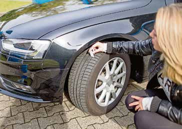 Zur üblichen Autopflege empfiehlt es sich, stets Profiltiefe und Reifenfülldruck zu kontrollieren.Foto: djd/Delticom/Holger Jacoby