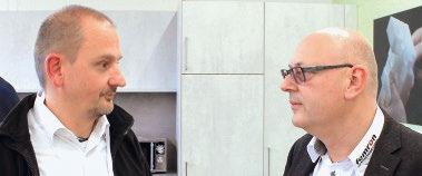 Abb. 4: CEO Norbert Schorpp im Gespräch mit Ralph Fritschi (Novitronic AG)
