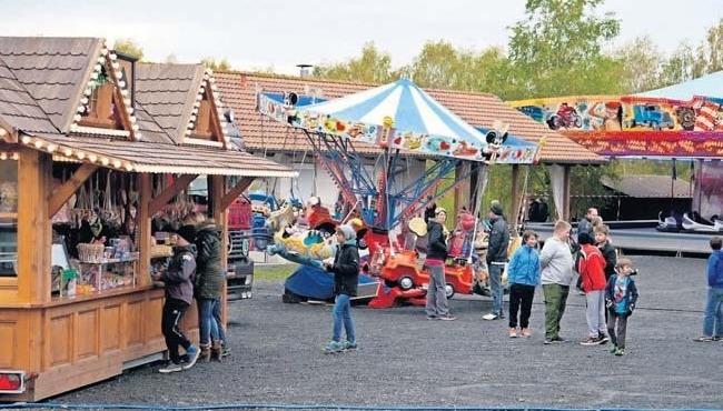 Der Vergnügungspark am Sportplatz sorgt für Unterhaltung bei Groß und Klein.