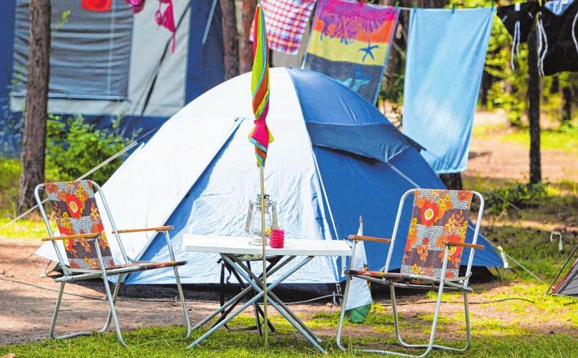 Schnell das Zelt aufbauen und dann die verschiedenen Möglichkeiten zur Freizeitgestaltung nutzen. Bild: Patrick Pleul/dpa