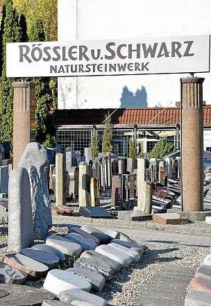 Bei Rössler und Schwarz gibt es Grabsteine in verschiedenen Größen und Formen.FOTO: MARIE-KRISTIN KIELHORN