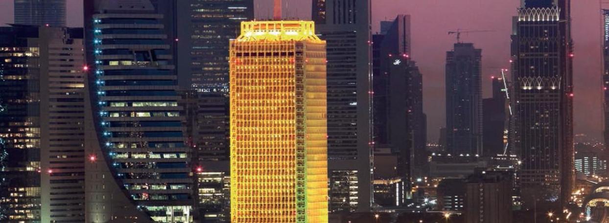 Die nächtliche Beleuchtung hebt es heraus: Das World Trade Centre in Dubai ist ein Konferenz- und Geschäftszentrum. Von weitem sichtbar ist der 39-stöckige Wolkenkratzer Sheik Rashid Tower. Neben dem eigentlichen Turm, in dem sich vor allem Büros befinden, gehören zum World Trade Centre auch ein Kongresszentrum für bis zu 6.500 Personen und sieben Ausstellungshallen.