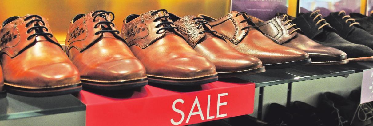 In den Schuhgeschäften gibt es eine große Auswahl an Schuhen zum Schnäppchenpreis