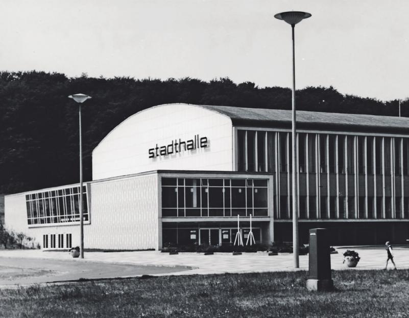Im Mai 1958 war sie fertig – Wolfsburgs Stadthalle wurde feierlich am Fuße des Klieversbergs eröffnet. Foto: Archiv