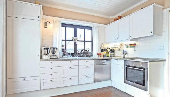 Nach der Portas-Küchenmodernisierung erscheint die ausgediente Holzküche als elegante Küchenzeile.