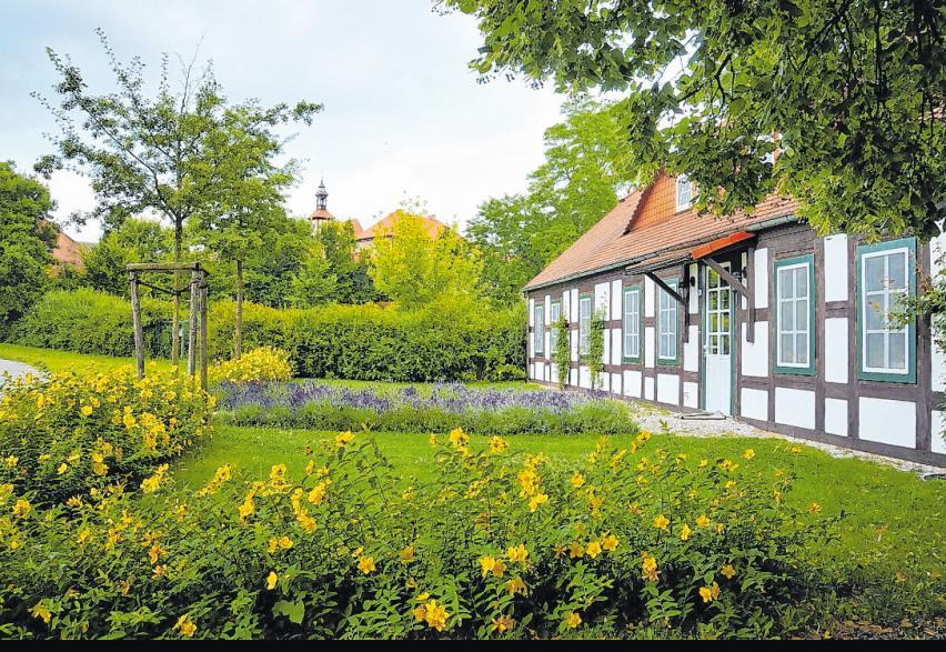 Reizvolles Ortspanorama. Das Lietzener Mühlenhaus unterhalb der Komturei. Früher wurde es Schweizerhaus genannt, es ist bis heute bewohnt und zählt zu den schönsten Wohnadressen im Ort. Fotos (5): Matthias Lubisch