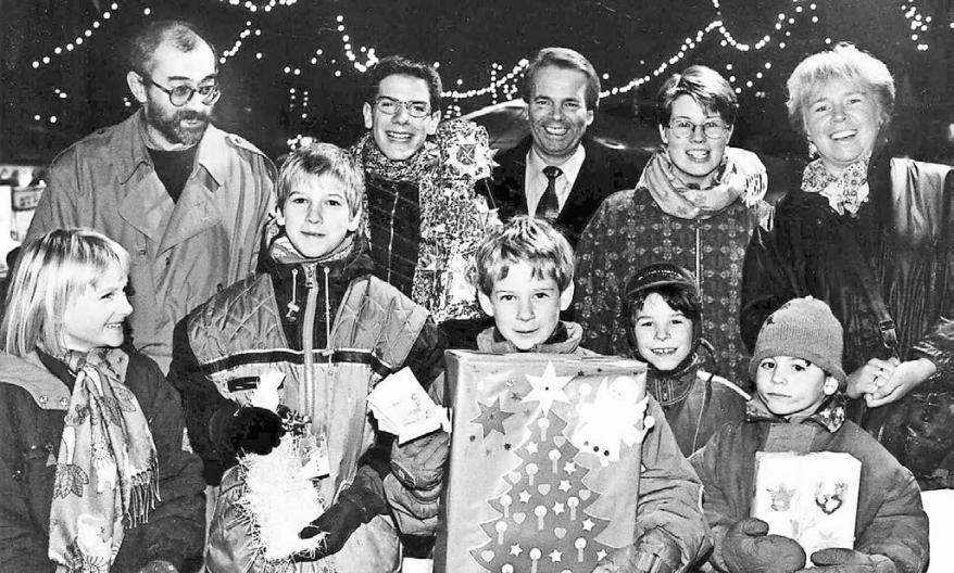 Bei den Weihnachts aktionen des Werberings gab es immer einen Grund zur Freude – auch bei Reinhard Stein (hinten l.) und Herbert Krahn (hinten, 3. v. l.).