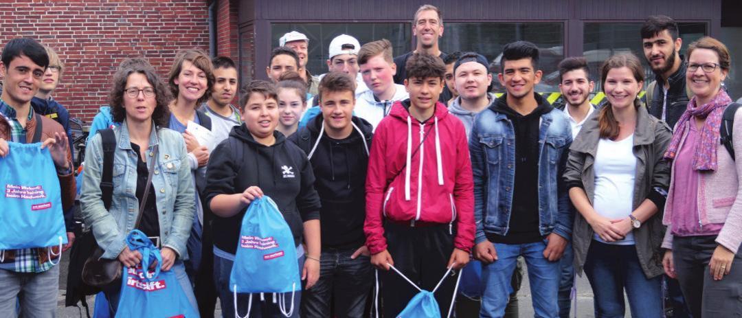 Zu Besuch im Kolbenhof: Die 25 Schülerinnen und Schüler waren begeistert von den Einblicken in die kleinen Handwerksbetriebe