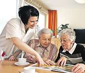 Wer in der Pflege arbeiten möchte, benötigt ein Gespür für die individuellen und sozialen Bedürfnisse älterer Menschen