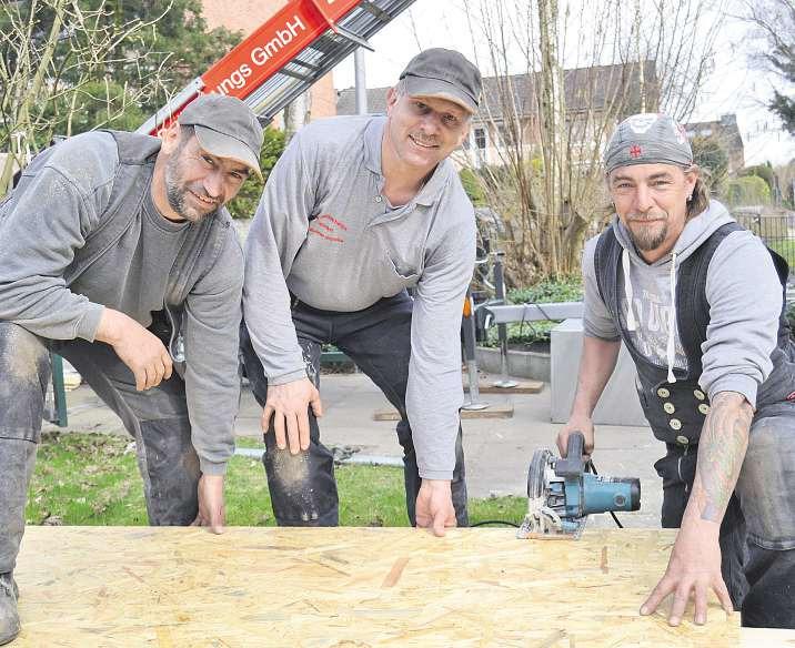 Sie sorgen dank einer Zwischensparrendämmung mit Holzfaserdämmplatten für ein dichtes Dach: Marco Dietz (v. l.), Dachdeckermeister Reiner Wötzke und Uwe RoggenbuckFoto: Tina Jordan