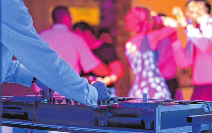 . . . andere sind überzeugt, dass nur ein DJ richtige Party-Stimmung aufkommen lassen kann. BILD: WIDEONET/STOCK.ADOBE.COM