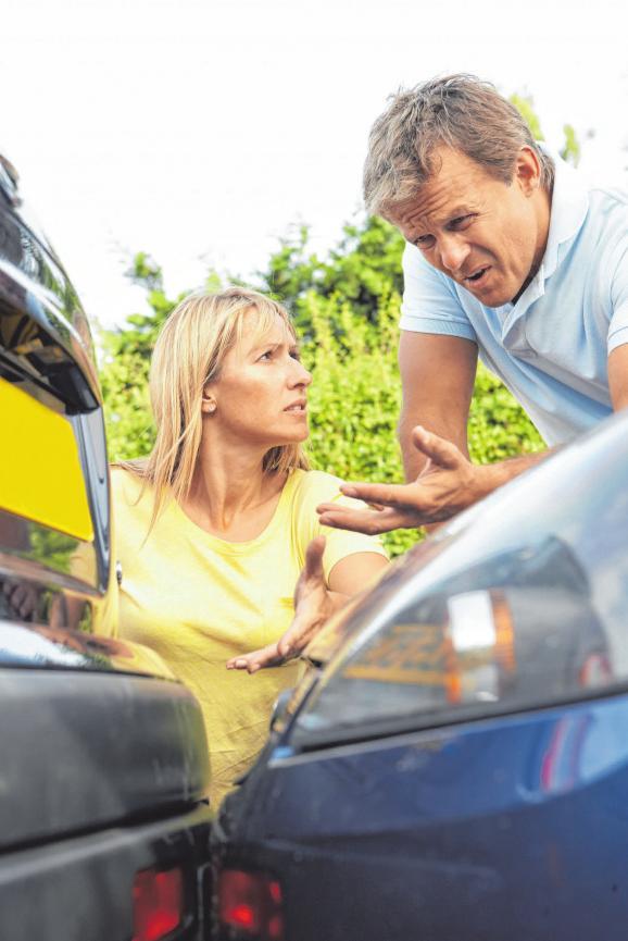 Eine Frau und ein Mann streiten sich nach einem Verkehrsunfall. FOTO: COLOURBIX